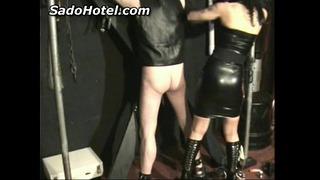 Slave In Leather dostane Ass + Back Spanked by Dominatrix