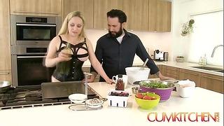 Sædkøkken: Curvy Blonde Aiden Starr Fucks mens madlavning i køkkenet