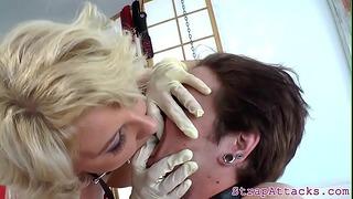 Curvy Dominatrix si užívá trestání svého otroka