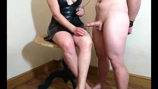 Keuschheitsfreigabe – Petite Dick Ehemann leckt sein Sperma von meinen Füßen