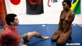 Simone Styles dans Dominé en lutte