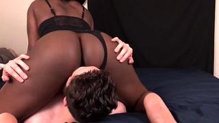 Un mec blanc admire le cul noir de sa demi-soeur